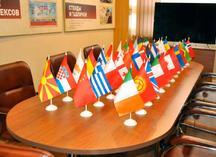 настольные флажки государств в презентационной комнате